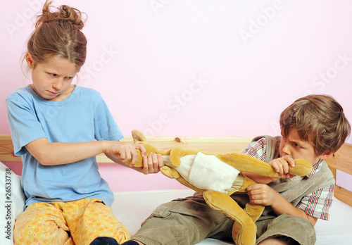 Quot zwei kinder streiten sich stockfotos und lizenzfreie