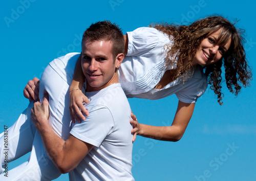 jeune homme qui porte une jeune femme ciel bleu photo libre de droits sur la banque d 39 images. Black Bedroom Furniture Sets. Home Design Ideas