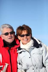 Portrait d'un homme et d'une femme seniors à la neige