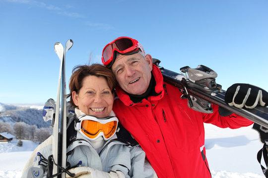 Portrait d'un homme et d'une femme senior à la neige