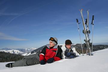Hommes étendus dans la neige