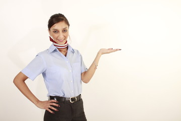 Eine hübsche Hostess