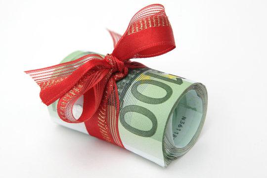 Geldscheinbündel mit Geschenkband