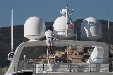 Marinaio pulisce yacht