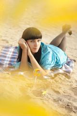 Молодая женщина на пляже осенью