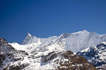 Schnee auf Bergen in den Alpen