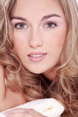 Junge blonde Frau bei SPA und Wellness, close up