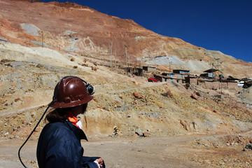 minatore davanti alla miniera di potosì in bolivia