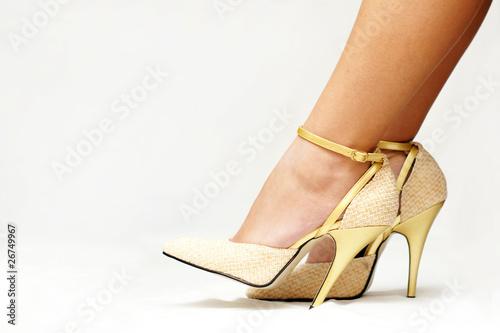 goldene pumps high heels stockfotos und lizenzfreie bilder auf bild 26749967. Black Bedroom Furniture Sets. Home Design Ideas