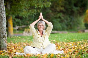 seniorin macht yogaübung