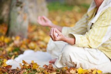 yogaübung im herbst