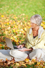 seniorin surft im internet