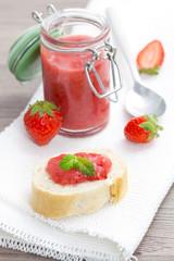 Brot mit frischer Erdbeerkonfitüre