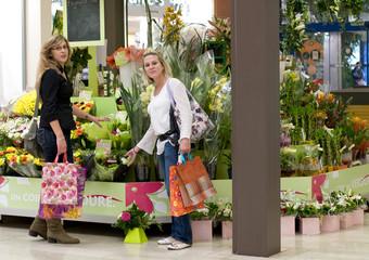 femmes au centre commercial - fleuriste 01