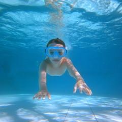 Fillette dans un piscine.