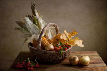 Herbstliches Stilleben mit Mais in Weidenkorb