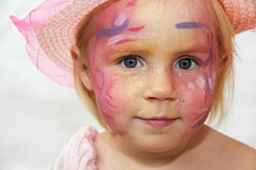 kleines Mädchen geschminkt für ein Fest