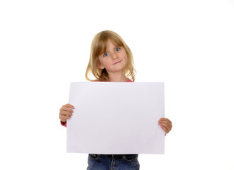 Kleines Mädchen hält ein weißes Blatt Papier
