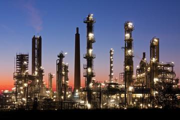 Raffinerie bei Heide in Schleswig-Holstein in der Abenddämmerung