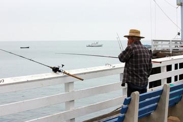 A pesca sul molo di Malibu
