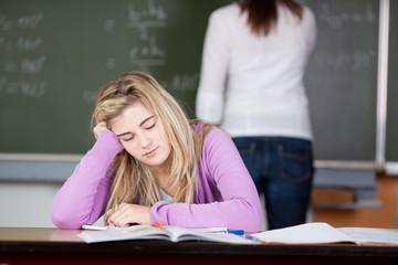 gelangweilte schülerin in der klasse