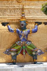 ワット・プラ・ケオの仏塔台座に立つ猿神