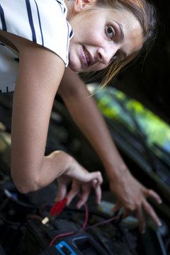 jeune femme bricolage risque féminité belle voiture batterie