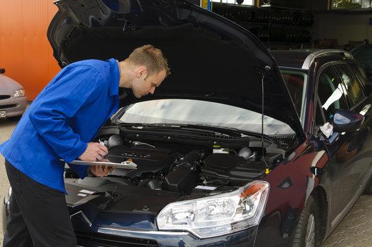 Autowerkstatt, Fahrzeug wird geprüft