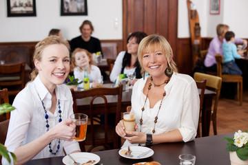 zwei freundinnen im cafe