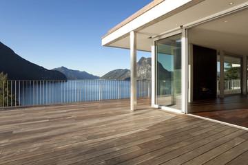 Terrazza di casa moderna con vista su lago e montagne. Fotobehang