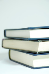 drei Bücher gestapelt