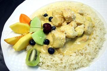 Poulet Curry mit Reis und Früchtegarnitur