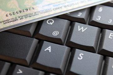 personalausweis auf tastatur