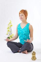 Девушка занимается медитацией на белом фоне