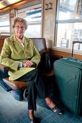 femme retraitée dans un train