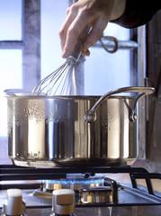 Fouetter la préparation dans la casserole