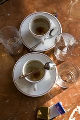 Tasses de café vides au bistrot