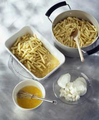 Garnir un plat à gratin avec les pâtes et des jaunes d'oeuf battus