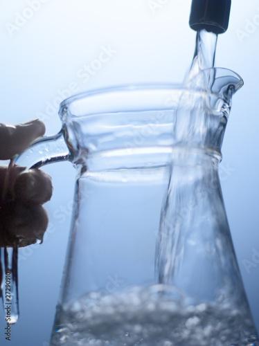Remplir un broc d 39 eau du robinet photo libre de droits sur la banque d 39 images - Un broc d eau ...