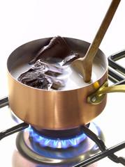 Faire fondre un morceau de chocolat dans une casserole de lait
