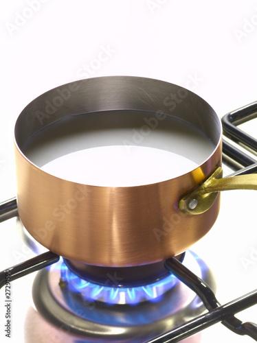 Casserole de lait sur le feu photo libre de droits sur la banque d 39 images image - Comment enlever le brule d une casserole ...