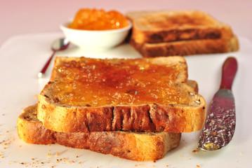 Toastbrot mit Orangenmarmelade
