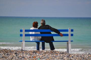 couple regardant l'océan