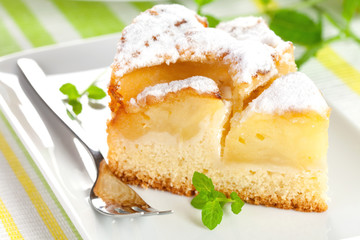frisch gebackener Kuchen mit Apfel
