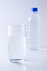 コップに入った水とペットボトル