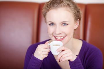 junge frau genießt espresso im café