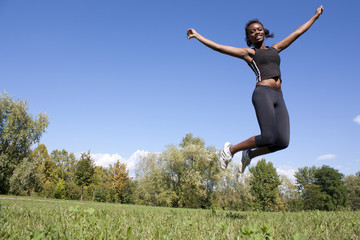 bellezza africana felice che salta