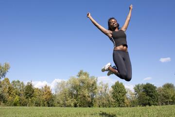 ragazza africana che vince ed è felice