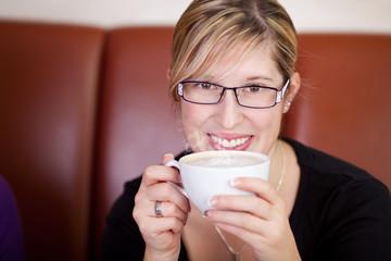 junge frau mit cappuccino