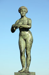Large sculpture of a nude woman